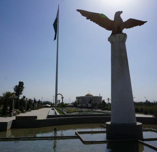 Dushanbe, Flagpole Park Statue