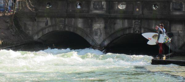 München - Eisbachwelle, Isar Surfing