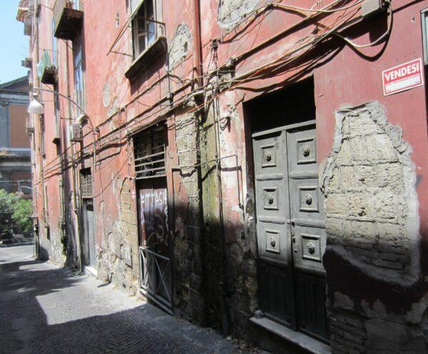 Napoli, Backyard Street