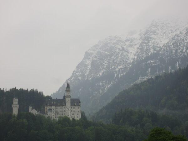 Schloss Neuschwanstein With Mountains