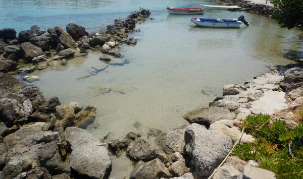 Amoudi Beach, Boats